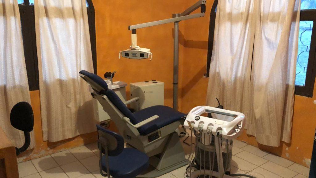 Zahnarztstuhl und Geräte